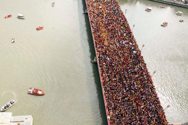 "Devotees packed Jones Bridge in Binondo, Manila during the ""Traslacion 2017"" in celebration of the Feast of the Black Nazarene on its way to Plaza Sta. Cruz on Monday (Jan. 9, 2017). (PNA photo by Jess M. Escaros Jr.) lgi/jme"