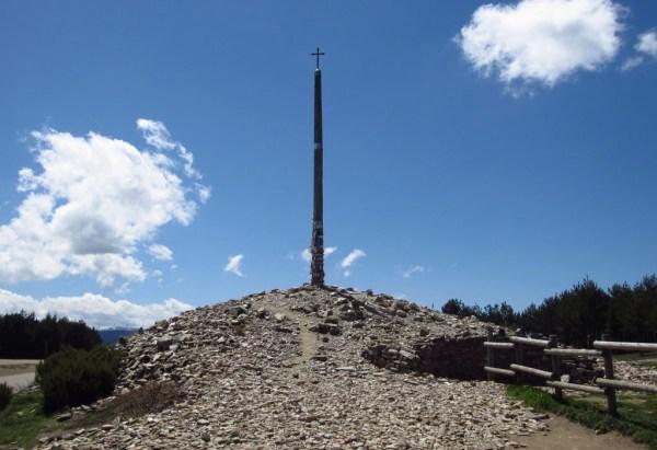 The Cruz de Ferro (Courtesy of http://camino.bsewall.com/wordpress/)