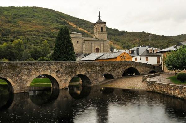 The picturesque Puente de Peregrinos, an arched stone bridge in Molinaseca.