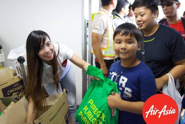 AirAsia Passengers receiving gifts from Puregold