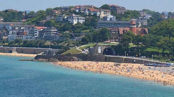 Miramar Palace's location between the Beach of La Concha and the Beach of Ondarreta
