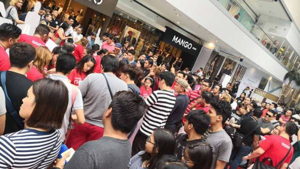 People lined up to buy the new Huawei NOVA