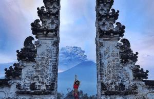 Selfie while Volcano in Bali is errupting [Image Credit: karina.kapris/Instagram]