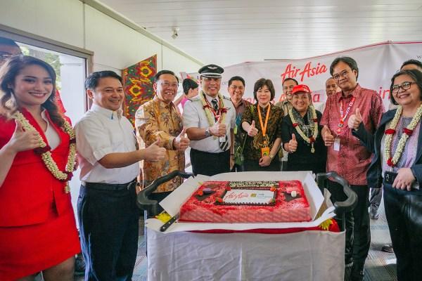 (L-R) Rifai Taberi, Commercial Director AirAsia Indonesia AirAsia Philippines CEO Capt. Dexter Comendador AirAsia Cabin Crew