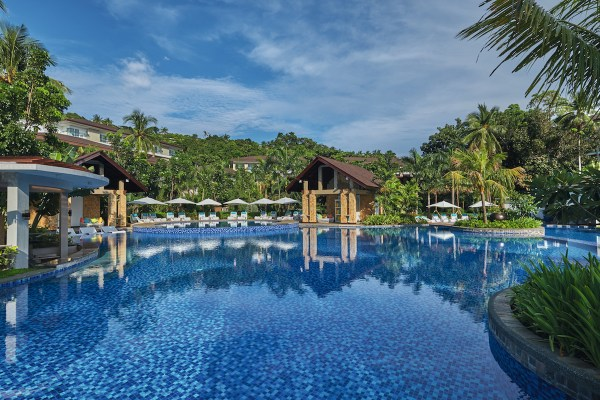 The humungous swimming pool in Mövenpick Boracay. A full 3,300 square meters of water, all told.