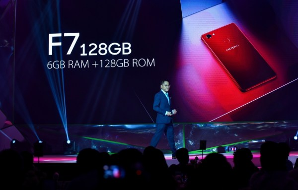 OPPO Philippines' Public Relations Manager Eason de Guzman talked about the F7's powerful performance, encased in a stunning body in solar red and moonlight silver colors.