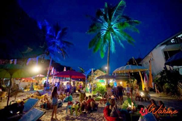 Festive evening mood at Wahine Beach Bar