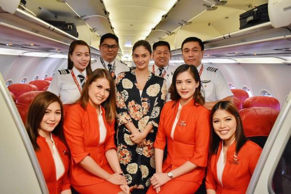 Miss Universe 2015 Pia Wurtzbach with (R-L) AirAsia Philippines CEO Capt. Dexter Comendador, Capt. Kintanar, Director of Flight Operations Gomer Monreal and First Officer Khristine Boniel flanked by Cabin Crew.