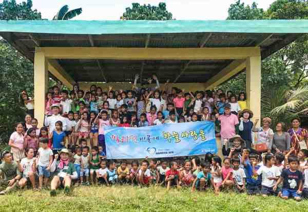 Korean Air Volunteers Build Homes in Bicol, Philippines