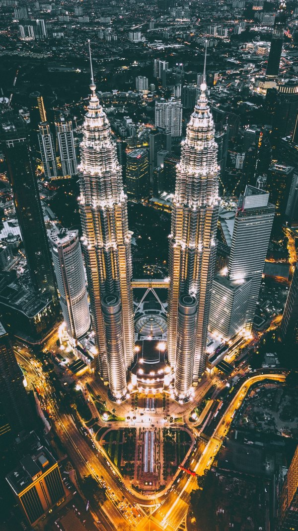Petronas Twin Towers photo by Izuddin Helmi Adnan via Unsplash