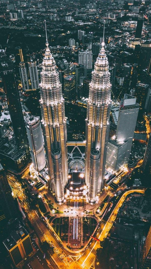 Petronas Twin Towers photo by Izuddin Helmi Adnan via Unsplash