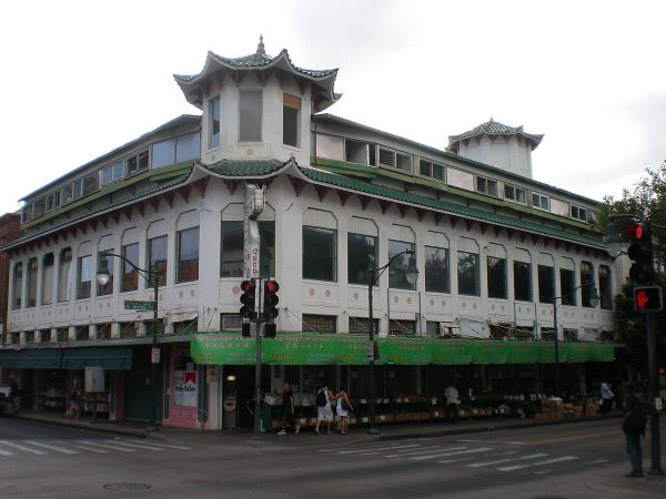 Honolulu Chinatown Hawaii by Joel Bradshaw via Wikipedia CC