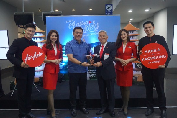(3rd from left) AirAsia Philippines CEO and pilot Captain Dexter Comendador and Ambassador Michael Peiyung Hsu of Taiwan Economic Cultural Office are flanked by AirAsia cabin crew