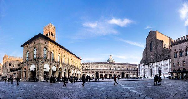 Piazza Maggiore by Vanni Lazzari via Wikipedia CC