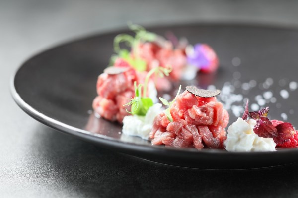 Тартар из говядины с мясом, малиной, сыром буррата и черным трюфелем