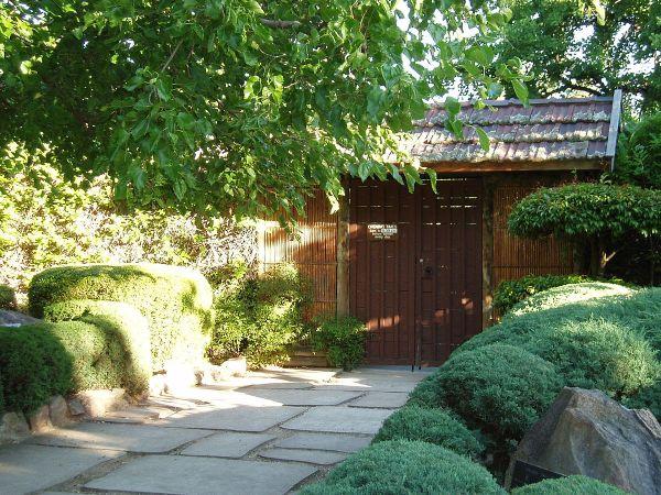 Himeji Garden Gate by Donama via Wikipedia CC