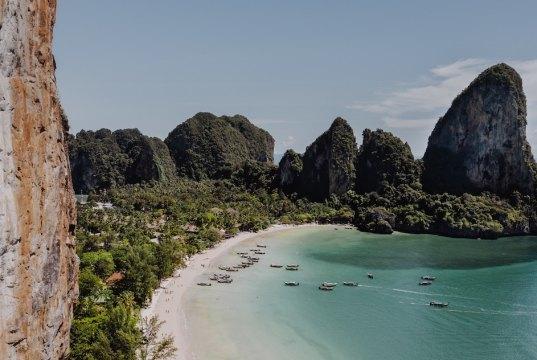 Phuket Travel Guide Thailand photo by Andrzej Suwara via Unsplash