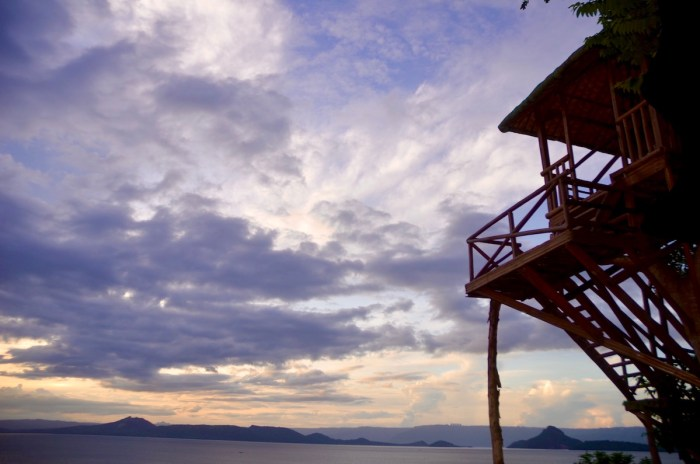 Enjoy a beautiful sunset as you chill inside Lakepoint Manakah's treehouse