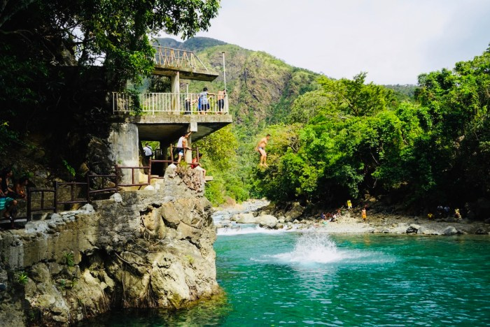 Cliff diving at Cantingas River