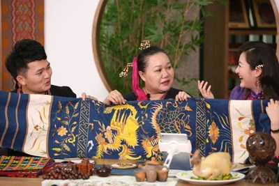 Hainan Province has launched the First Intangible Cultural Heritage Inheritance Products Shopping Festival to display the intangible cultural heritage products through the internet. The picture shows that the Network hosts have introduced Hainan Intangible Cultural Heritage products.