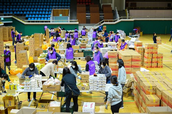 Volunteers sort aid packages made with donations for delivery to the city's underprivileged citizens, in this file photo provided by the Suncheon City Hall. (PHOTO NOT FOR SALE)