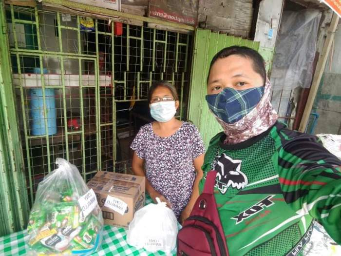 GrabExpress rider delivered the sari-sari store items to Lony Marvillo