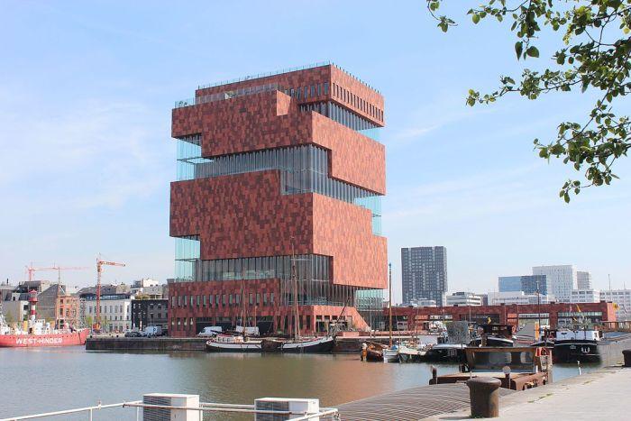 Museum aan de Stroom by Zinneke via Wikipedia CC
