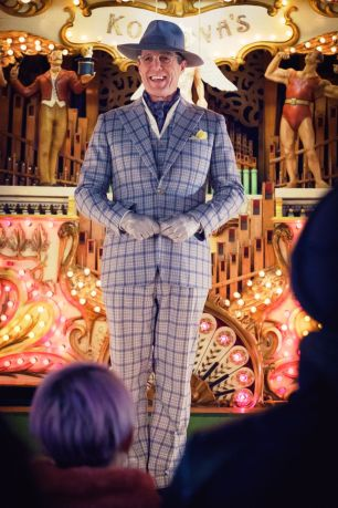 Hugh Grant nel film Paddington 2.Outout magazine