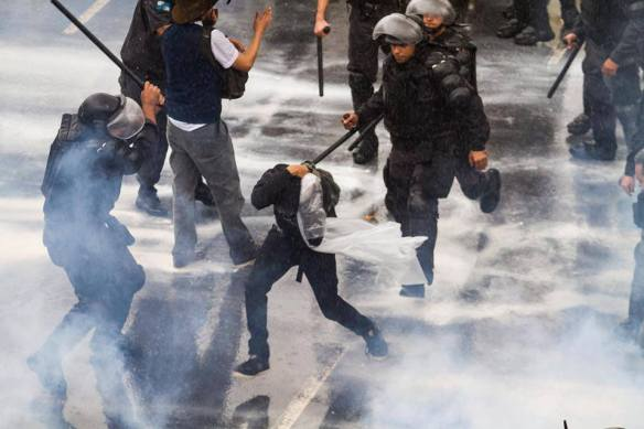 Maio de 2014: professor é espancado pela polícia fluminense -- a mesma que orquestra, com setores do Ministério Público e Judiciário, prisões abusivas