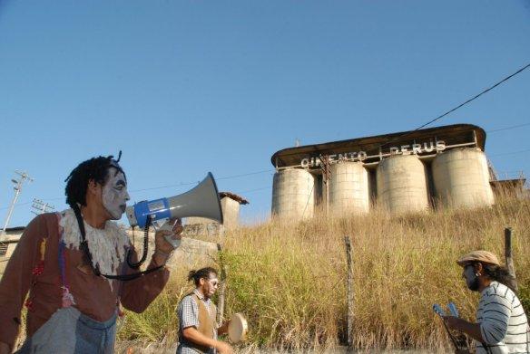 Foto 1. Legenda: Moradores de Perus utilizam arte e cultura para lutar pela desapropriação da fábrica. Foto: Arthur Gazeta