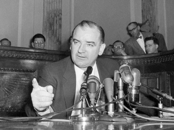 O senador norte-americano Joseph McCarthy, que liderou nos anos 50 onda de histeria anticomunista. Ela resultou em perseguições a intelectuais, jornalistas e políticos acusados de simpatia pela União Soviética ou de homossexualismo