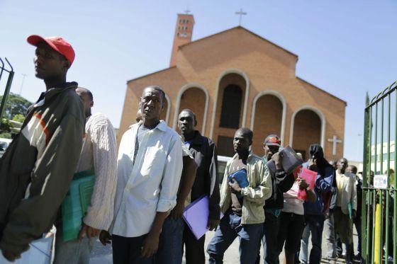Haitianos diante da Missão Paz, no Glicério, em São Paulo
