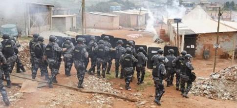Polícia de SP ataca o Pinheirinho, em 2011: ao invés de integrar marginalizados na acumulação de riquezas, sistema passou a fustigá-los e deslocá-los permanentemente