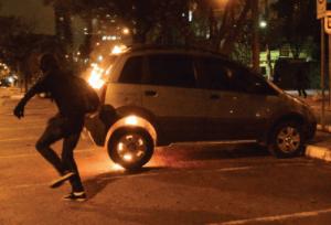 Veículo particular incendiado por manifestantes em São Paulo: desvio de conduta black bloc?