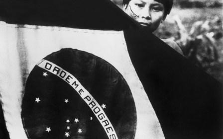 claudia_andujar-índio-e-bandeira-na-constituinte