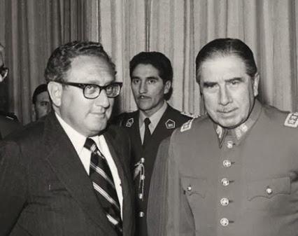 """Henry Kissinger encontra Augusto Pinochet: nos anos 1970, EUA substituíram proposta de intervenção militar externa, em caso de ameaça à sua hegemonia americana na América do Sul, por forma mais sutil de intervenção civil e militar """"interna"""""""