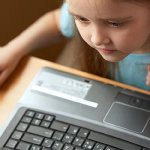 Internet, pais infantis e banalidades