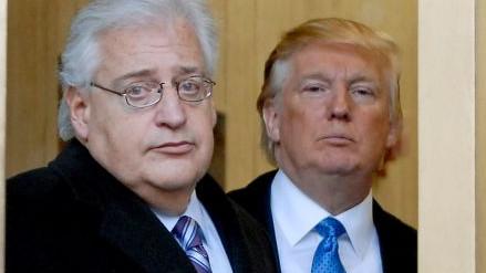 Donald Trump e David M Friedman, futuro embaixador dos EUA em Israel. O recém-nomeado começou logo a cumprir o desejo presidencial declarando que pretende estabelecer a embaixada dos EUA em Jerusalém