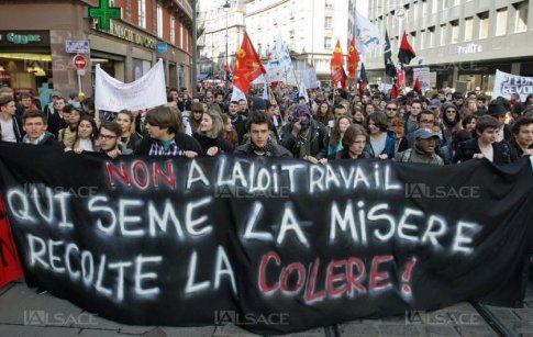 """Manifestação contra a """"reforma"""" trabalhista na França, com forte presença de jovens, mulheres e imigrantes. Ataque aos direitos sociais espalha-se pelo mundo e é uma das marcas atuais do sistema"""