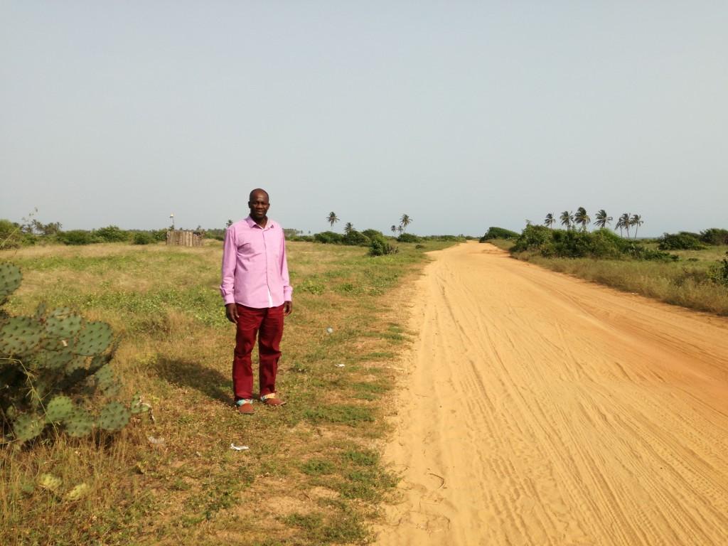 Serge Guézo, Prince de Savè et d'Abomey, devant la piste des captifs à Ouidah ©Marie-Ange Thébaud