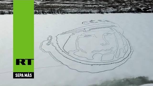 Retrato de Yuri Gagarin, primeira pessoa a viajar pelo espaço, aparece em lago congelado na Rússia