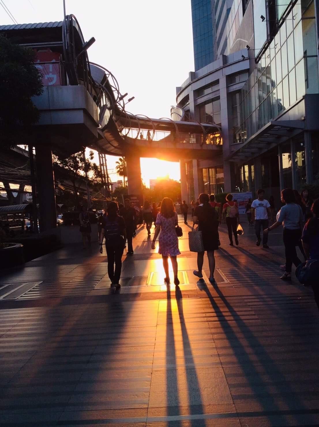 SCATTERED SUNSET LIGHTS THROUGH PEOPLE 🌇🌆👨🏻👩🏻 ( แสงอัสดงส่องผ่านผู้คน 🌇🌆👨🏻👩🏻 )