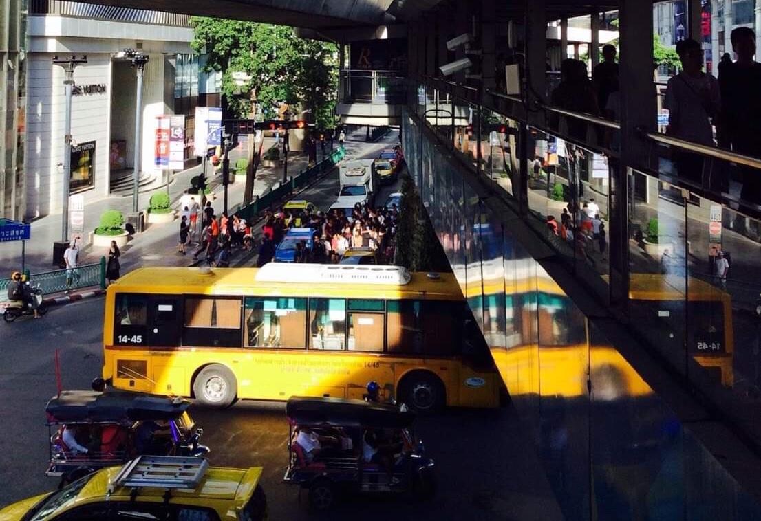 The whole bus ? No , it's an eye tricking photo 🚌🚎🚍 ( รถเมล์ทั้งคัน ? เปล่า ภาพหลอกตาของรถเมล์ครับ 🚌🚎🚍)