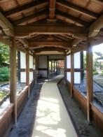 Wooden corridors in a garden near Kyoto. Des corridors en bois dans un jardin près de Kyoto.