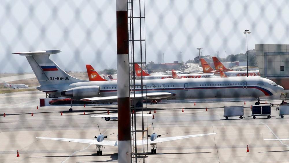 Avião com a bandeira russa no aeroporto de Caracas