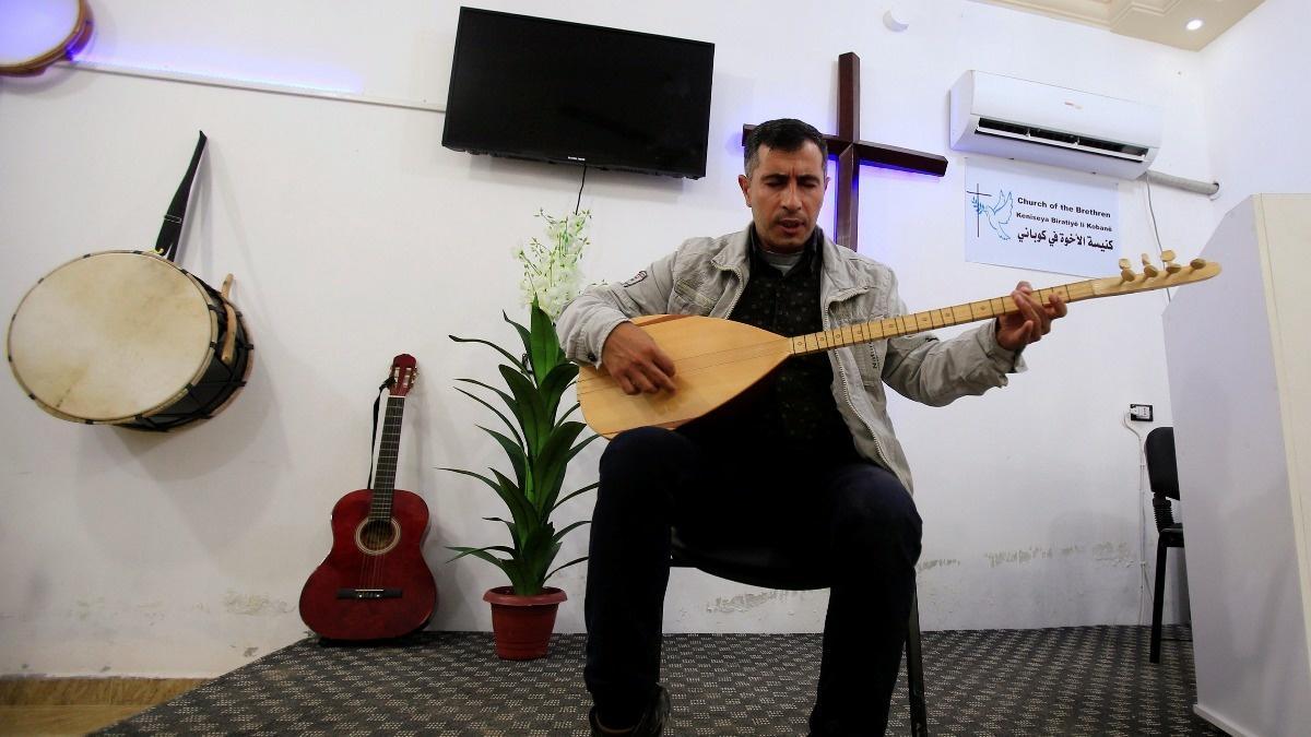 Cristão ministrando em igreja síria