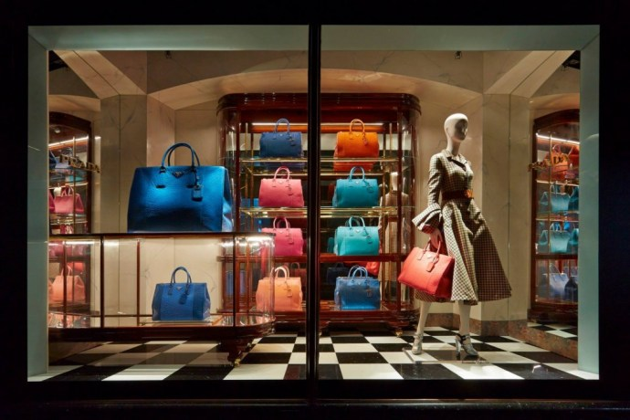 best-window-displays_harrods_2013_the-handbag-narratives_03