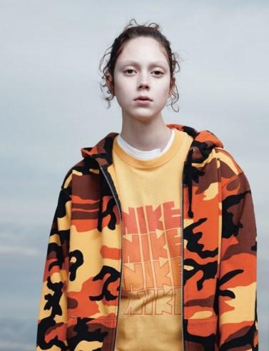 Hoodie Supreme. T-shirt vintage Nike from Resurrection.