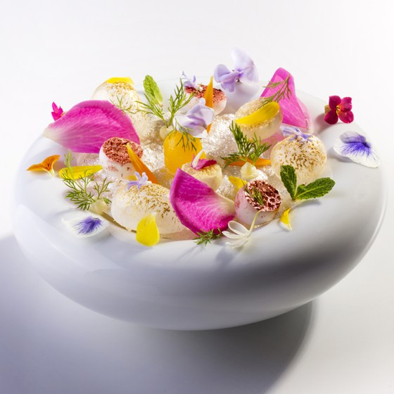 1439314090-hbz-chic-eats-edible-flowers-quiqui-dacosta