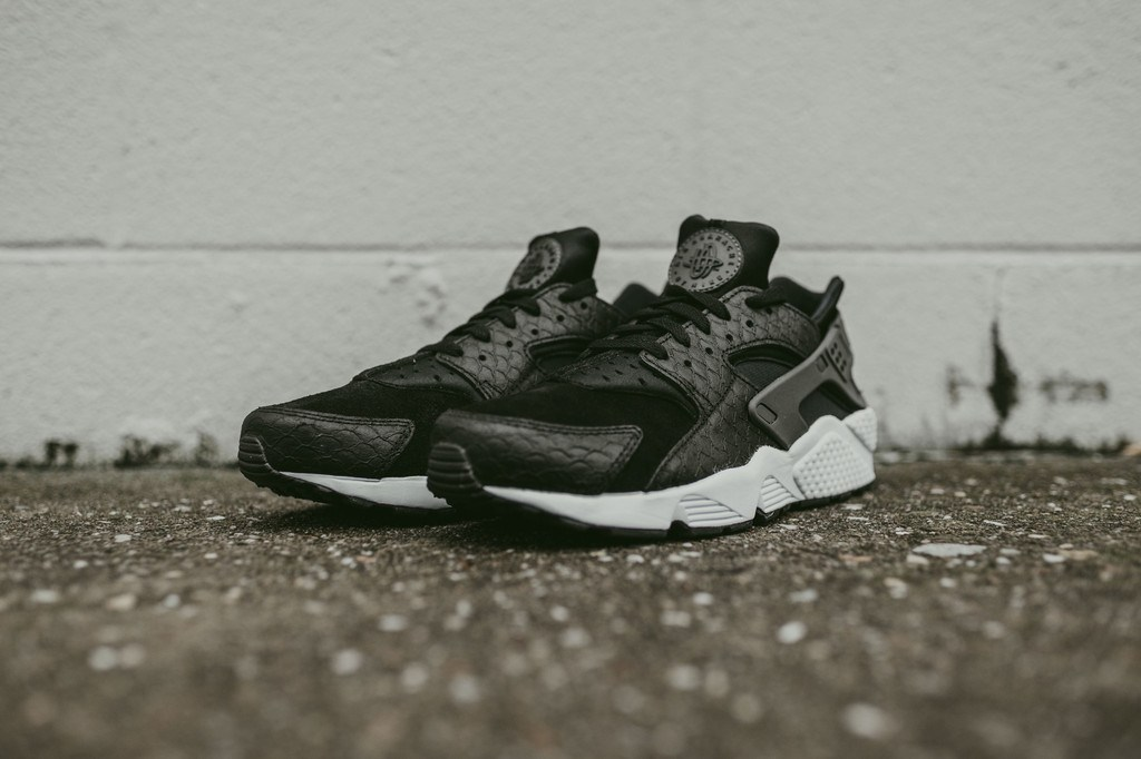 黑色的皮製小細節|Nike Air Huarache